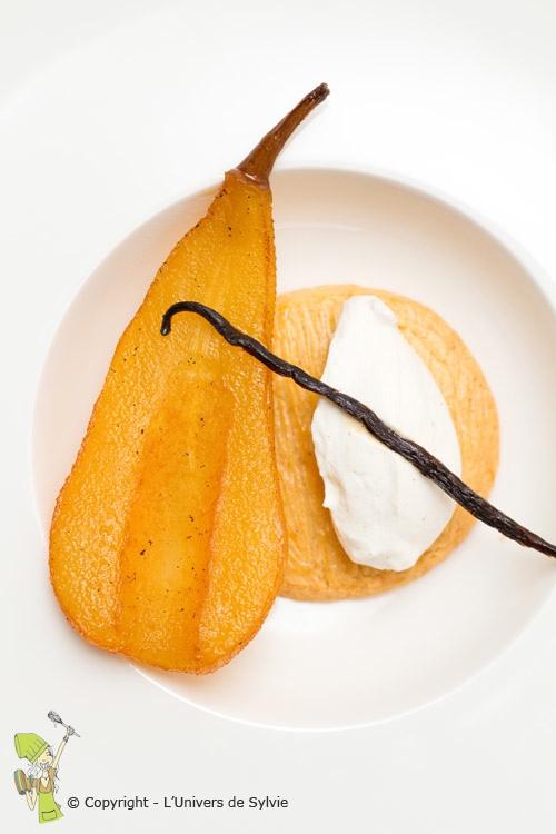 Poire pochée sur son sablé Breton et sa crème chantilly vanillée